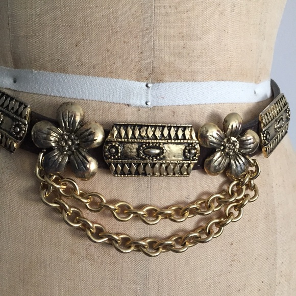 Accessories - Sued brown leather with golden chains an design